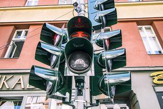 Gehen Schüler zu Fuß in die Schule, lernen sie auch richtiges Verhalten im Straßenverkehr - Foto: https://pixabay.com/de/ampel-verkehr-f%C3%BChrerschein-3598300/