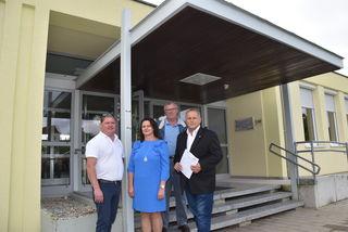 Vor dem Schulgebäude (von links): Gemeindevorstand Christian Wagner, Direktorin Rosemarie Blaskovits, Gemeinderat Josef Zsifkovits, Bürgermeister Andreas Grandits.
