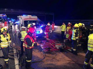 Die Feuerwehr musste den eingeklemmten Mann aus dem Fahrzeug befreien und die Fahrzeuge bergen.