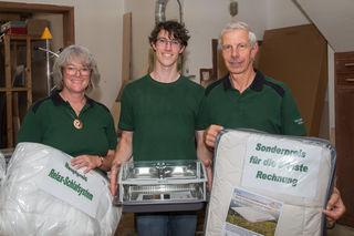 Die Gastgeber Andrea, Stefan und Günther Moser mit den Preisen für die Verlosung.