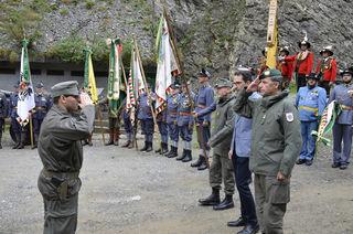 Der Kommandant der ausgerückten Truppe, Hauptmann Florian Zagajsek meldet den Beginn der Veranstaltung an den stellvertretenden Militärkommandant, Oberst Gerhard Pfeifer.