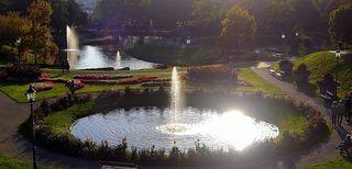 Noch lacht die goldene Herbstsonne, leuchtend bunt grüßt Baum und Strauch. Der Herbst hat seine eigne Wonne, ganz wundersam berührt sein Hauch. (Claudia Behrndt) © by Gerhard Singer / Empfehle VOLLBILD !