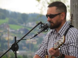 """Robert Bogensberger, Frontman von """"JeannyVienna"""". Die Lungauer Rockband spielt Eigenkompositionen. Einer ihrer Songs heißt """"Oben am Preber""""."""