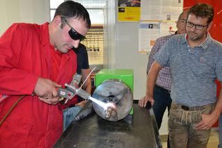 Roman Burgstaller von der Firma Castolin demonstriert Konrad Pernlochner vom WIFI Tirol seine neuesten Methoden in der Schweißtechnik in den Werkstätten des WIFI St. Pölten