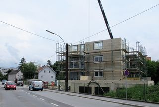 Zwar ist der Rohbau des neuen Wohnhauses mittlerweile gewachsen, die Problematik mit der Zufahrt hat sich aber noch nicht gelöst.