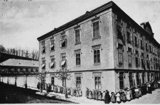 Anstellen von Frauen und Kindern bei der Suppenküche der Schulschwestern. Aufnahme aus dem Zeitraum zwischen 1917 und 1919.