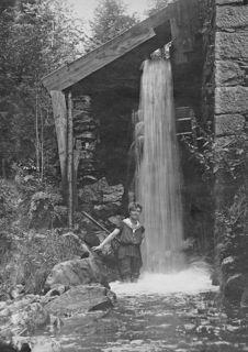 """Der erste Strom in Kopfing wurde 1918 im sogenannten """"Lichthäusl"""" mittels eines Wasserrads erzeugt."""