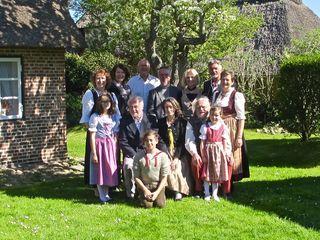 Die Hochzeitsgesellschaft – alle in unterschiedlichen Trachten – nach der Trauung im Garten des Amrumer Hauses