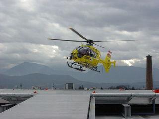 Der 74-jährige St. Veiter wurde mit dem Rettungshubschrauber ins UKH geflogen