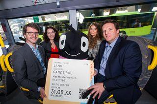Edgar, das Maskottchen der Europäischen Mobilitätswoche, freut sich mit den Verkehrsunternehmen auf eine erfolgreiche Ticketaktion: (von links) Alexander Jug, Ingrid Felipe, Sylvia Steger und René Zumtobel.