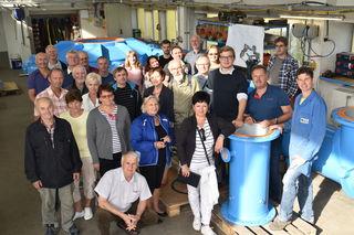 EFG-Geschäftsführer Werner Goldberger (2.v.re.vorne) mit Mitarbeitern und der tschechischen Delegation im Werk