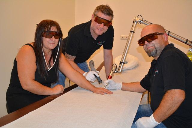 Helga Hasenhofer während ihrer fünften Laserbehandlung bei Jürgen Mayer und Martin Dichler.