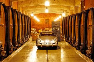 Die Sportwagenmarke Porsche feiert ihren 70er mit Wein und Uhr.