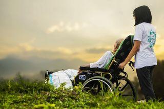 """Die prominent unterstützte Initiative """"PflegerIn mit Herz"""" startet in das siebte Jahr. (Symbolbild)"""