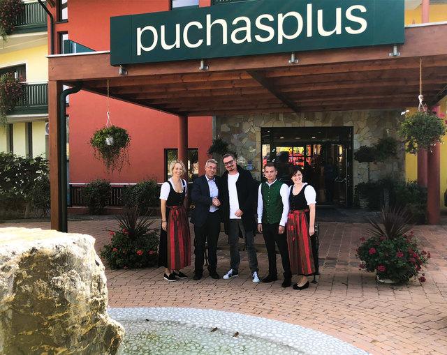 Hotelier Josef Puchas (2. von links) mit seinem prominenten Gast, dem Schlagersänger Nik P. (Mitte).
