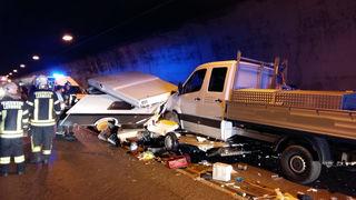 Der Wohnwagen wurde völlig zerstört. Personen wurden nicht verletzt.