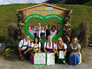 Preisverleihung in Haus im Ennstal: Das Blumenteam aus Altenberg mit Bürgermeister Peter Tautscher.