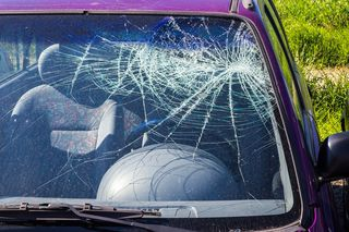 Auto kam von Fahrbahn ab und überschlug sich. Lenkerin wurde schwer verletzt.