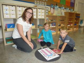 Klassenlehrerin Nicole Prem wendet reformpädagogische Montessori-Methoden im gesamten Unterricht an.