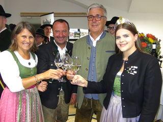 Eröffnung: (v.l.) Barbara und Bgm. Martin Wratschko, Kulturausschussobmann Harald Tomandl und Weinhoheit Katja I. stossen auf das Erzherzog Johann Weinfest 2018 in Ehrenhausen an der Weinstraße an.