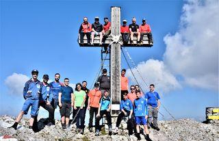 Das Werk ist vollbracht: Lehrlinge und Bergretter beim Veitscher Gipfelkreuz.