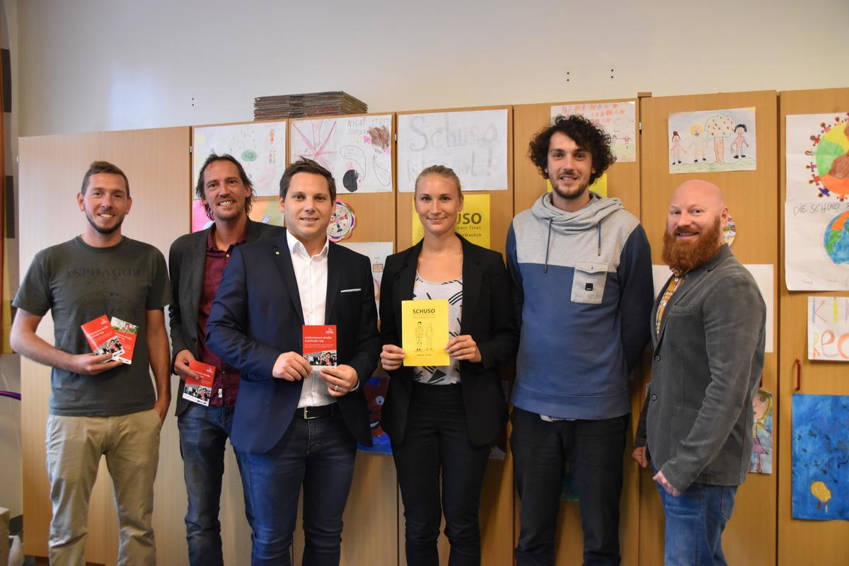Sebastian Feiersinger (Jugendzentrum Zone), Klaus Ritzer, Christian Kovacevic mit den beiden Schulsozialarbeitern Anita Gmeiner und Waldemar Schubert sowie Philipp Bechter (v.l.).