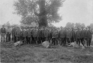 Jagdausflug mit Kaiser Franz Joseph in der Lobau. Besichtigung des zur Strecke gebrachten Rotwildes.