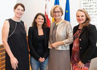 Vertragsverlängerung: Landeshauptfrau Johanna Mikl-Leitner mit Marie Rötzer, Daniela Wandl und Brigitte Fürle.