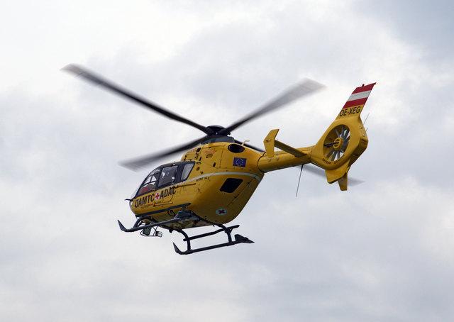 Der Hubschrauber brachte den schwer verletzten Mofafahrer ins Krankenhaus.