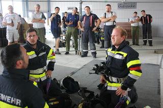 Der Trupp der Feuerwehr Deutsch Ehrensdorf atmet nach der Hindernisstrecke durch.
