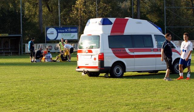 Johannes Haring und Philipp Harkam mussten nach dem Spiel mit der Rettung ins Krankenhaus gebracht werden. (C) Martin Löscher
