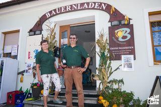 Elisabeth Aufner - hier mit Lieferant Horst Eichmann - ist stolz auf den Erfolg des Geschäfts, in dem seit 1995 bäuerliche Produkte verkauft werden.