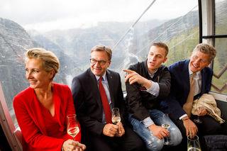 Kulinarische Gondelfahrt mit Aussicht: Bei der Bergfahrt mit der Silvretta Seilbahn auf die Idalp hoch über Ischgl (v.l.n.r.): Martina Hohenlohe, Tirols Landeshauptmann Günther Platter, Benjamin Parth, Karl Hohenlohe.