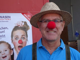 Karl Jany, Gastwirt in Ruhe, hat sich in seiner Pension dem Sport verschrieben. Er macht selbstverständlich mit der roten Nase mit.