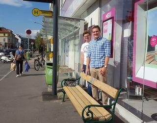 Jakob Simak und Florian Havel bei der Bushaltestelle.