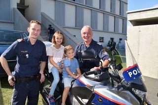 Probesitzen auf einem Motorrad der Polizei.