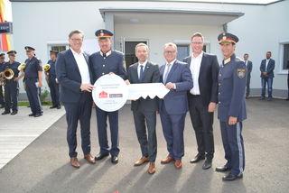 Bei der Schlüsselübergabe: OSG-GF Kollar, Posten-Kdt. Fetzer, BM Kickl, LH Niessl, Vzbgm. Hoffmann und Polizei-Dir. Huber