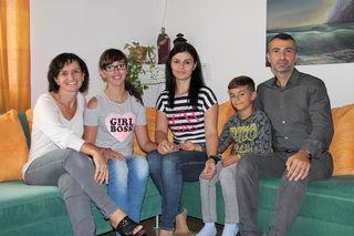 Lucia Peinbauer von der Volkshilfe (l.) mit Familie Bangoyan, bestehend aus Tochter Monika, Mutter Hripsik, Sohn Karo und Vater Karen.