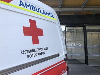 Der Verletzte wurde vom Roten Kreuz in das Landeskrankenhaus Tamsweg eingeliefert. (SYMBOLBILD)