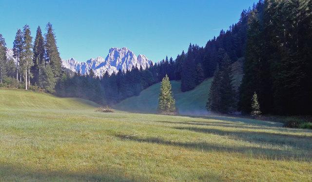"""""""Der Herbstnebel greift mit seinen Finger  in den sterbenden Sommer."""" Die Schatten im Herbst werden länger. herbstliche Feuchtigkeit steigt von der Wiese auf. Die Mühlsturzhörner im Morgenlicht zeigen die tägliche Geburt an."""