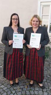 Gratulation an die beiden erfolgreichen Absolventinnen.
