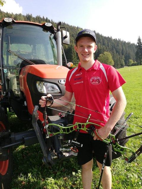 Noch darf Weltmeister Lukas Moser nicht selbst mit dem Traktor fahren, daher ist der Führerschein sein nächstes Ziel.