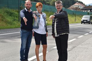 Schul- und Jugendreferent Stadtrat Herwig Tiffner (links), Schulleiterin Sabine Hochkircher und Herbert Krassnig (Dorfgemeinschaft)