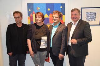 """Wolfgang Jörg, die Künstlerin Barbara Tilg, Wolfgang Egg und Bruder Bernhard Tilg vor der """"Leuchtenden Stadt"""" (v.l.)."""