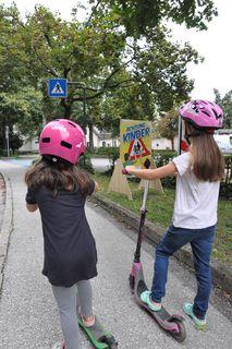 Zwar sicher mit Helm, aber mit Begleitung?
