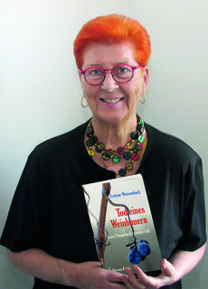 Evelyne Weissenbach mit dem zweiten Band ihrer Krimireihe.
