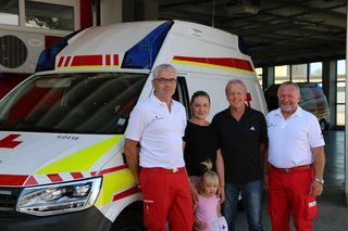 Notfallsanitäter Martin Ratzenböck, Ersthelferin Sabine Kastner mit Tochter Flora, Franz Mair und Rettungssanitäter August Neubacher.