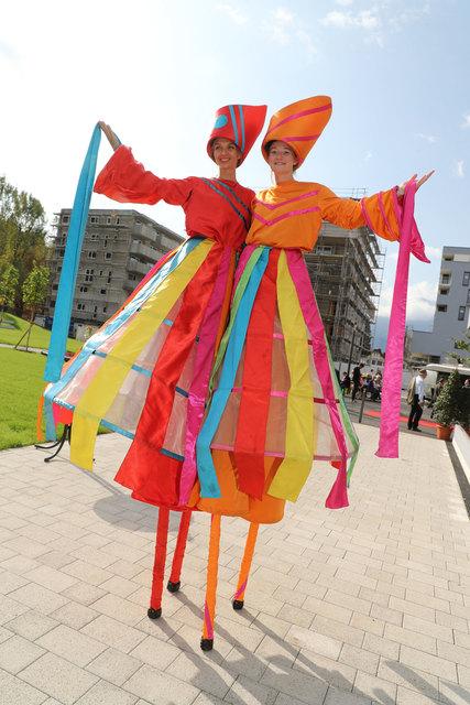 Eröffnung Quartier Riedenburg in Salzburg mit Kim und Jenny vom  Zebra Stelzen Theater in München