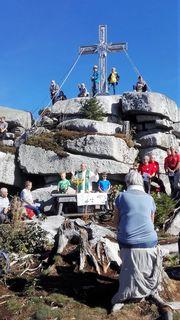 Abt Martin feierte mit hunderten Wanderfreunden auf dem Plöckenstein die Bergmesse.