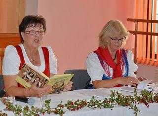 Kathi Kitzbichler und Rosi Lochmann (v.l.) drehten bei der Lesung in Kufstein mit ihren Büchern ein wenig an der Zeit.